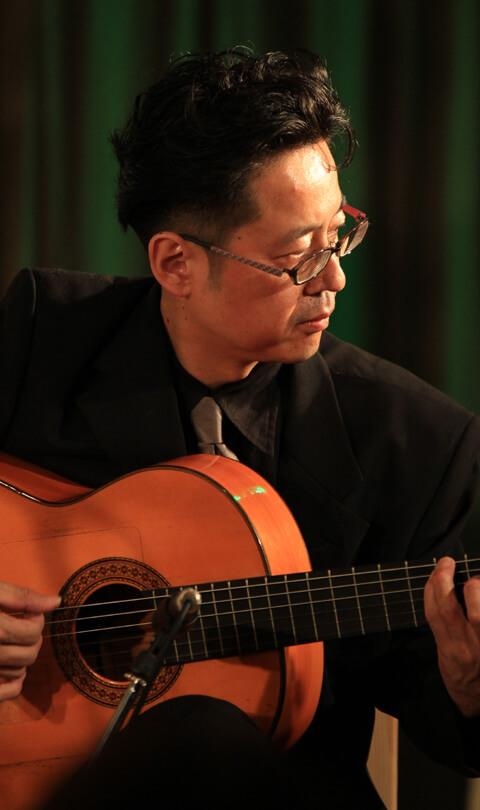 中山充がギターを弾いてる写真